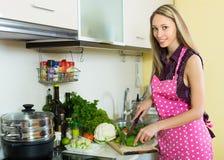 Frau, die mit Gemüse kocht Lizenzfreies Stockbild