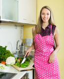 Frau, die mit Gemüse kocht Lizenzfreies Stockfoto