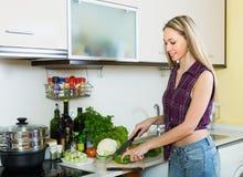 Frau, die mit Gemüse kocht Stockfotos