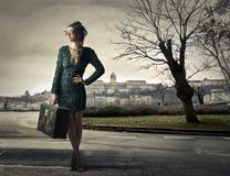 Frau, die mit Gepäck reist Lizenzfreies Stockfoto