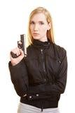 Frau, die mit Gewehr aufwirft Lizenzfreie Stockfotografie