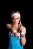 Frau, die mit Gewichten trainiert Lizenzfreies Stockbild