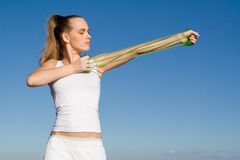 Frau, die mit Gummiband trainiert Stockbild