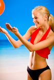 Frau, die mit Gymnastikkugel spielt Lizenzfreie Stockfotos