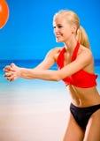Frau, die mit Gymnastikkugel spielt Lizenzfreies Stockbild
