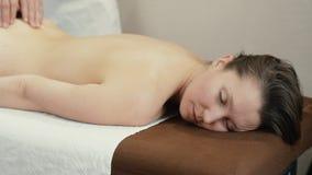 Frau, die mit Handmassage sich entspannt stock video footage