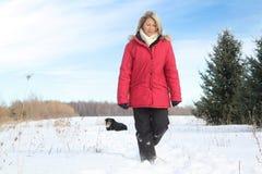 Frau, die mit Hund geht Stockfotos