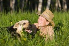 Frau, die mit Hund spielt Lizenzfreie Stockfotos