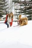 Frau, die mit Hund spielt. Lizenzfreies Stockbild
