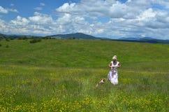 Frau, die mit ihrem Hund auf Zlatibor-Berg geht Lizenzfreies Stockbild