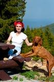 Frau, die mit ihrem Hund aufwirft Lizenzfreies Stockbild