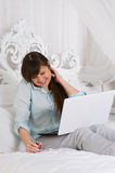 Frau, die mit ihrem Laptop arbeitet Stockfotos