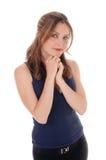 Frau, die mit ihren Händen unter ihrem Kinn steht Stockbild
