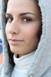 Frau, die mit Kapuze Mantel trägt Stockfoto