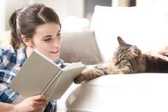 Frau, die mit Katze spielt Lizenzfreie Stockfotografie