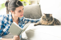 Frau, die mit Katze spielt Stockfoto
