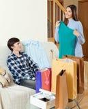 Frau, die mit Kleid und Taschen nach dem Einkauf lächelt Lizenzfreie Stockfotos