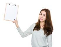 Frau, die mit Klemmbrett darstellt Stockbild