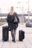 Frau, die mit Koffern an der Bahnstation geht Stockbilder