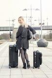 Frau, die mit Koffern an der Bahnstation geht Lizenzfreie Stockfotografie