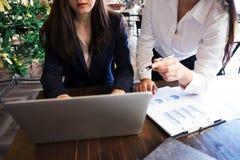 Frau, die mit Kollegen über neues Startprojekt spricht Geschäftsleute, die Konzept gedanklich lösen lizenzfreies stockbild
