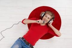 Frau, die mit Kopfhörer singt Lizenzfreie Stockbilder