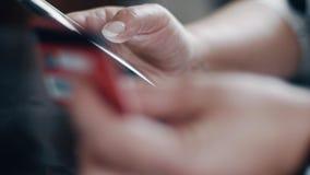 Frau, die mit Kreditkarte zahlt stock footage