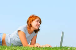Frau, die mit Laptop arbeitet stockbilder