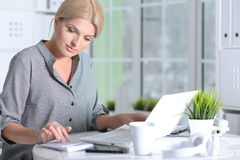 Frau, die mit Laptop arbeitet Stockfoto
