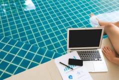Frau, die mit Laptop-Computer und Finanzdokumenten arbeitet Lizenzfreies Stockbild
