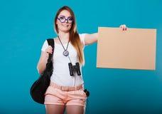 Frau, die mit leerem Zeichen für Ihren Text per Anhalter fährt Lizenzfreie Stockfotos