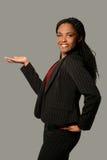 Frau, die mit Palme oben sich darstellt lizenzfreie stockbilder
