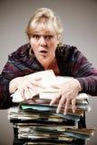 Frau, die mit Papieren kämpft stockbild