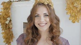Frau, die mit perfektem Lächeln und den weißen Zähnen lächelt und Kamera betrachtet stock video footage