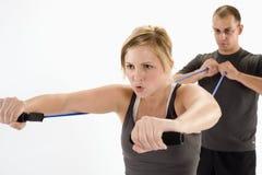 Frau, die mit persönlichem Kursleiter trainiert Stockfotos