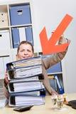 Frau, die mit Pfeil auf Dateien zeigt Stockbilder