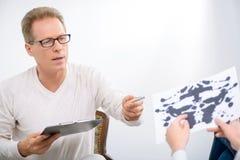 Frau, die mit Psychologen spricht Stockbild