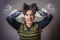 Frau, die mit Raserei dämpft Stockfotos