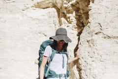 Frau, die mit Rucksack reist Lizenzfreie Stockfotos