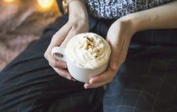Frau, die mit Sahne Kaffee, Stilllebeneinstellung der Frau Cappuccinokaffee halten hält stockfoto