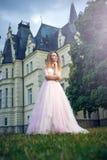 Frau, die mit Schloss am Hintergrund aufwirft Lizenzfreie Stockfotos