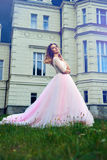 Frau, die mit Schloss am Hintergrund aufwirft Stockbild