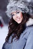 Frau, die mit Schnee spielt lizenzfreies stockbild
