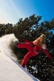 Frau, die mit Schnee spielt Stockbild