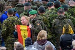 Frau, die mit Soldaten der spanischen Armee mit Flagge von Spanien an den Händen, während seiner Heiligkeit Pope Franci aufwirft stockfotografie
