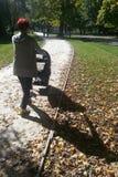 Frau, die mit Spaziergänger im Park geht stockbild