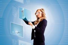 Frau, die mit Tablette arbeitet Lizenzfreies Stockfoto