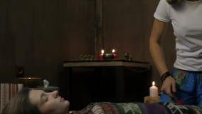 Frau, die mit Tibetaner-Gesangschüsseln funktioniert Yogalehrer leitet Meditation Langsame Bewegung stock video footage