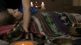 Frau, die mit Tibetaner-Gesangschüsseln funktioniert Yogalehrer leitet Meditation Langsame Bewegung stock footage