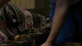 Frau, die mit Tibetaner-Gesangschüsseln funktioniert Yogalehrer leitet Meditation Langsame Bewegung stock video